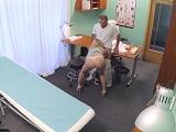 Este doctor es un grosero que tiene sexo con sus pacientes - Milf