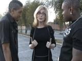 Profesora madura ayuda a estudiar a los alumnos vagos - Maduras