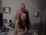 Esta joven necesita dinero por eso tiene sexo con su abuelo - Incesto