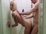 Graba la ducha con su novia y como se la folla dentro - Rubias