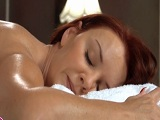 La madura pelirroja se pone caliente con el masajista - Porno Duro