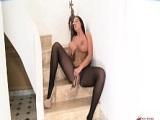 Emma Butt esta tan cachonda que se toca en las escaleras - Masturbaciones