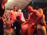 Menuda orgía con estas zorras y strippers en la disco - Orgias