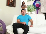 Abigail Mac se insinúa a su hijastro y termina follando con él - HD