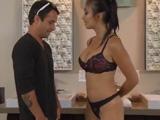 El joven alucina cuando ve a la masajista desnuda - Asiaticas