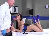 El doctor deja a su paciente con un dolor de coño brutal.. - Latinas