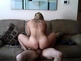Pareja graban su vídeo de porno casero en el sofá de casa - Amateur