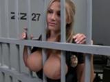 La agente de policía calienta a los presos, les enseña las tetas - Tetonas