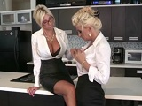 Dos oficinistas cachondas se comen bien el coño  - Rubias