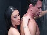 La madura Jessica Jaymes se mete en la ducha con el jefe - Milf