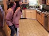 Me llevo al vecino a la cocina para follar con él, me pone a cien - Maduras
