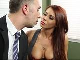 Madison Ivy recibe un correctivo de su nuevo jefe Keiran Lee - Porno Duro