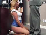 La becaria se pone de rodillas para hacerle un trabajito al jefe
