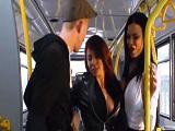 Madison Ivy y Jasmine Jae se monta un trío en el bus - Trios