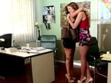 Doy la bienvenida a mi nueva compañera, tiene las piernas largas - Lesbianas