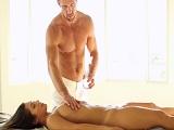 La preciosa Eva Lovia se prepara para un masaje y algo más - Sexo Gratis