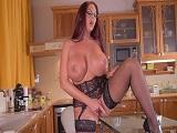 Emma Butt se hace una paja en la cocina para su hijo - Masturbaciones