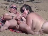 Madura mamando una gran polla en un playa de nudistas - Mamadas