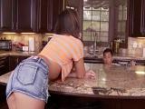 Esta mujer pone cachondo al fontanero hasta que lo folla