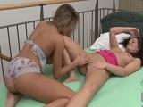 La amiga le enseña el apartamento y ella le come el coño - XXX