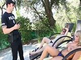 Brooklyn Chase y Penny Pax se tragan la polla del policía - XXX