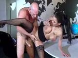 El calvo se folla a su nueva empleada, Peta Jensen en acción