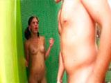 Se metió en la ducha estando dentro su hermana... - Jovencitas