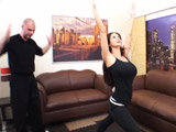 La profesora madura de yoga se deja meter mano y follar