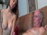 Molly Jane le hace un pajote al abuelo y se lo folla - Incesto