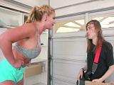 Phoenix Marie se folla duro al amigo friki de su hijo - HD