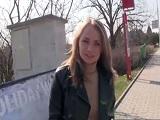 Una joven ucraniana acepta dinero por follar en la calle - POV