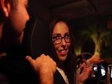 La conductora de Uber se acaba follando a un cliente - Morenas