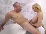 Alexis Fawx, de rodillas y mamando pollas en el baño - Maduras