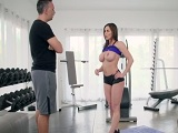 Kendra Lust solo se quiere follar al instructor del gym