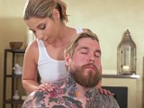 Este chico tatuado sucumbe a las manos de la masajista - HD