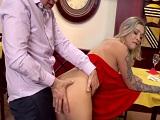 Mi mujer se va al baño y yo me follo a esta cerda camarera - Porno Duro