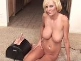 Hanna Hilton se da mucho placer con una maquina sexual - Rubias