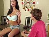 Anissa Kate pone muy cachondo a un amigo de su novio - Morenas