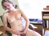 La guarra del coño peludo se masturba que da gusto - Masturbaciones