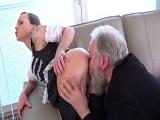 Viejo verde muy caliente se folla a su asistenta jovencita