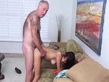 Abuelo muy suertudo se pone a follar con su nieta latina - Incesto