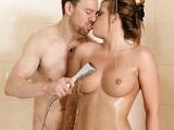 A Erik Everhard le gusta pegar polvos duros en la ducha - XXX