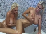 Dos rubias lesbianas se bañan juntas y acaban follando