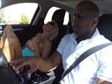 Se monta en el coche de su vecino negro para follar - Interracial