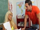 La profesora mira con mucho vicio a este joven alumno - Rubias