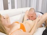 Se amorra al coño de su mujer pelirroja con mucho vicio - Sexo Gratis