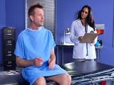 La doctora quiere ver como tiene la polla este paciente - Morenas