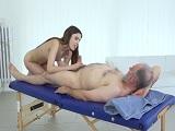 La nieta le da un masaje con final feliz a su querido abuelo - Incesto