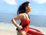 La vigilante de la playa rescata a un chico que se ahogaba - Culos