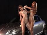 Dos bellezas limpiando el coche y haciendo algo más.. - HD